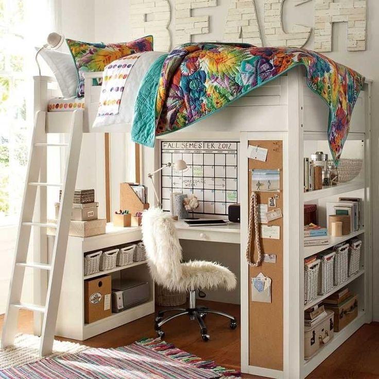 chambre avec lit mezzanine avec linge multicolore et déco plage