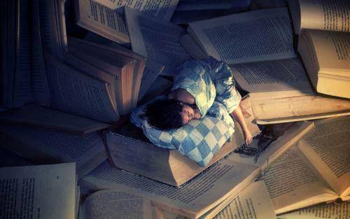 Αυτό είναι το εκδοτικό μας τμήμα! Δεν είναι μύθος πως κοιμάται και ξυπνάει μέσα στα βιβλία… Ο χειρότερος εφιάλτης του: Φέτος πρέπει να επιλέξουμε μόνο 200 βιβλία για έκδοση.