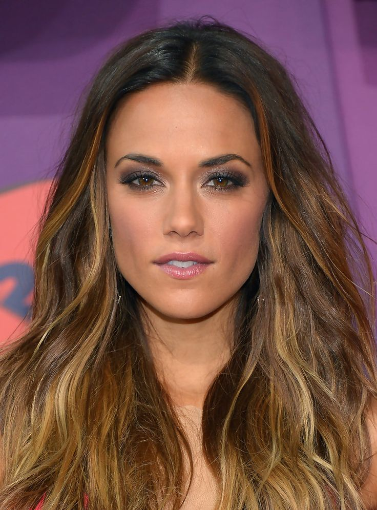 Love Jana Kramer's center part with some beachy texture combined with her smoky eyes. Great hair color.