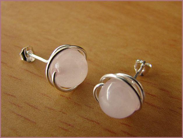 Pendientes en perlas de cuarzo rosa, con bordes de hilo de plata de ley 925.  Color: rosa pálido, plata  Los pendientes serán enviados en una pequeña bolsa de joyas. El regalo perfecto para...