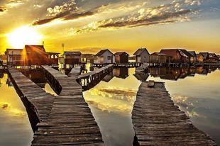 10 csodálatos kép Bokod úszó házairól