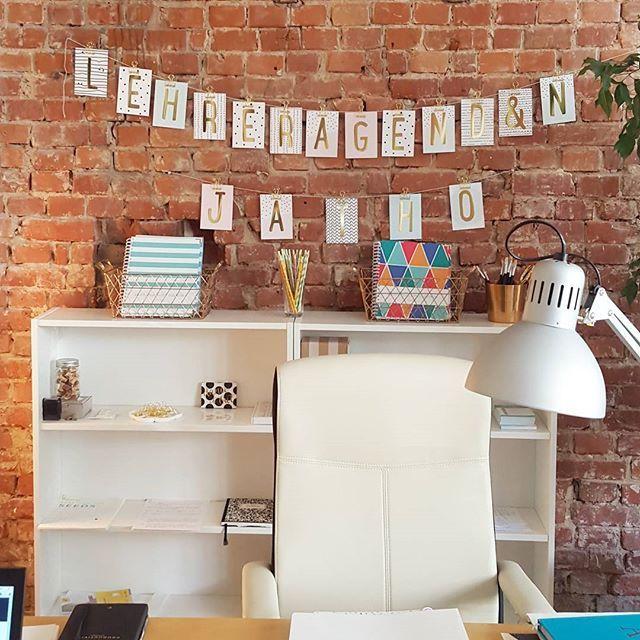 Endlich können wir euch ein erstes Bild von unserem neuen Büro zeigen (obwohl: fertig eingerichtet ist es ja immer noch nicht ganz, siehe leere Regale...). Wir fühlen uns jedenfalls jetzt schon pudelwohl und freuen uns auf zukünftige Projekte, die hier entstehen werden. #officestories #lehrerleben #teachersofinstagram #happyteaching #happyteachingagenda #kreativbüro