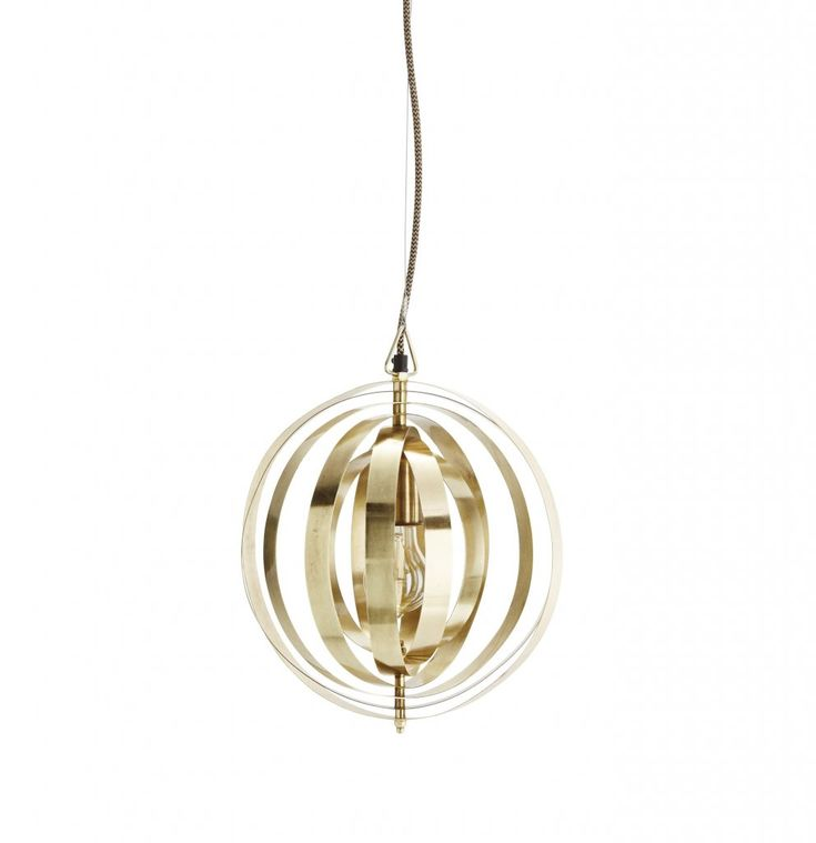 Taklampa gjord av ringar i mässing som omger ljuskällan i mitten. Väldigt dekorativ och ger ett fint ljusspel när den är tänd. Ljuskälla ingår ej.