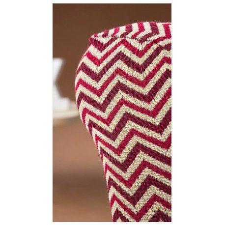 Funda de sofá elástica Chevron. Mantiene tu sofá de los golpes de uso diario con las fundas elásticas Chevron de la casa Zebra textil. Diseño vintage estilo de los años 70, composición tejido 60% poliéster - 38% algodón - 2 poliéster que permite un fácil mantenimiento en tu lavadora doméstica. Disponible en 3 colores diferentes rojo, gris y teja. 1 Plaza: 70/ cm 2 Plazas: 130/ 170cm 3 Plazas: 170/ 170cm  Maxi:    210/ 240cm