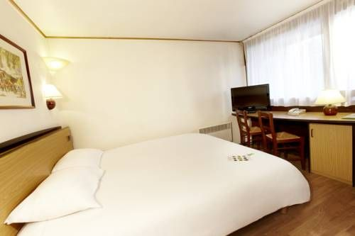 Campanile Brive-La-Gaillarde Ouest Brive-La-Gaillarde This Campanile Hotel is located 7km from Brive-la-Gaillarde town centre and 5km from the SNCF train station. It offers air-conditioned accommodation with free Wi-Fi access.