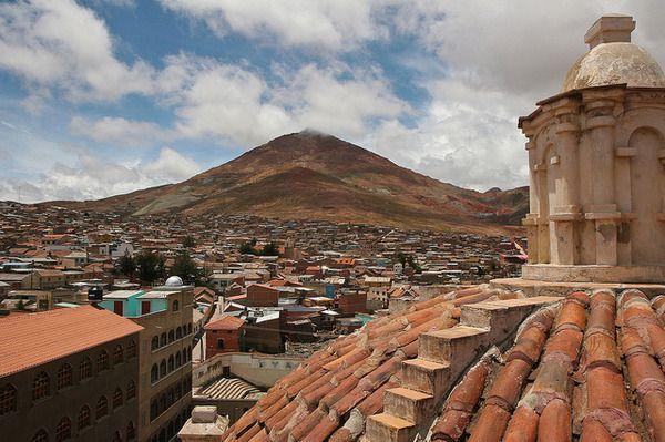 Cerro Rico  a világ egyik legnagyobb ezüstlelőhelye, aminek Potosi városa köszönheti történelmi jelentőségét. Évszázadokon keresztül rabszolgák bányásztak a hegyen brutális körülmények között, a halálos áldozatok száma a becslések szerint több millióra tehető. A bányászok mindig keresték a természetfeletti védelmet, dohányt és alkoholt adományoztak Tionak, aki a mélység ura, és nagyjából az ördögnek felel meg, aki kecske alakjában jelenik meg a mélyben, a bányákban.