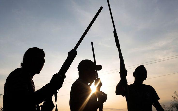 Los miembros del grupo de vigilantes del Frente Unido para la Seguridad y el Desarrollo del Estado de Guerrero (FUSDEG) toman posiciones después de enterarse de un supuesto ataque inminente por el grupo Unión rival de Pueblos y Organizaciones del Estado de Guerrero (UPOEG) en San Juan del Reparo , estado de Guerrero, México, 31 de marzo de 2015. Cinco personas murieron en un tiroteo el día anterior entre las fuerzas de autodefensa civil rivales.