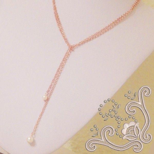 Colier simplu, cu lungime reglabila,  realizat din elemente placate cu aur si perle swarovski. Colierul are 102 cm lungime si nu prezinta inchizatoare clasica. Pentru a-l purta trebuie sa-l impartiti in jumtate si sa-l petreceti in fata. Este o bijuterie usor de asortat atat pentru o tinuta de zi cat si una de seara.