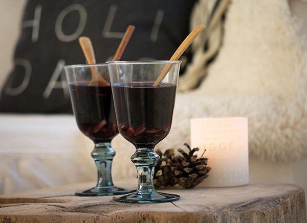 Hjemmelavet krydret gløgg ekstrakt smager helt vidunderligt og er nemt at lave selv - få opskriften på den dejligste rødvins gløggekstrakt her