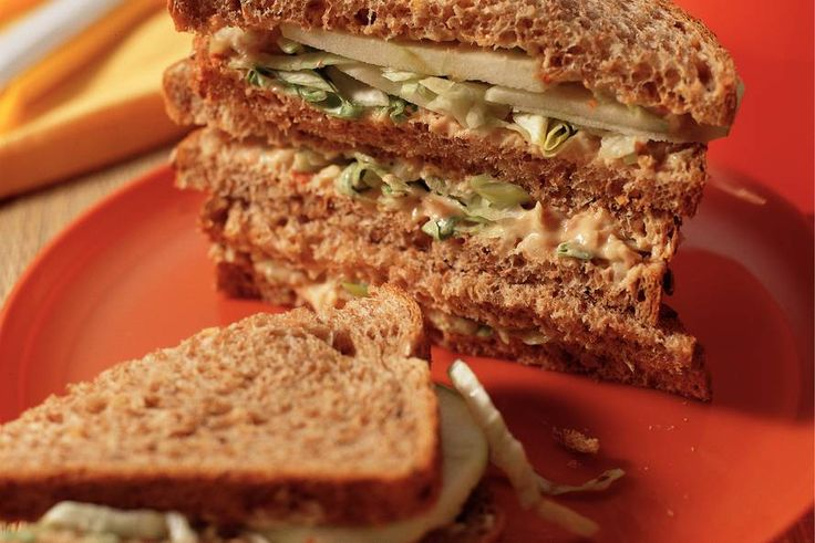 Frisse vissandwiches Ipv sandwichspread een blikje tonijn en kwark of crème fraais gebruiken. Erg fris en lekker!