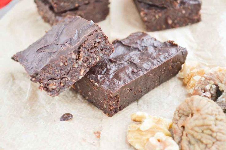 Deze rauwe brownies zijn sappig en puur. Geweldig als gezond vegan glutenvrij tussendoortje of dessert. Ga voor gezond, suikervrij en voel je vol energie!