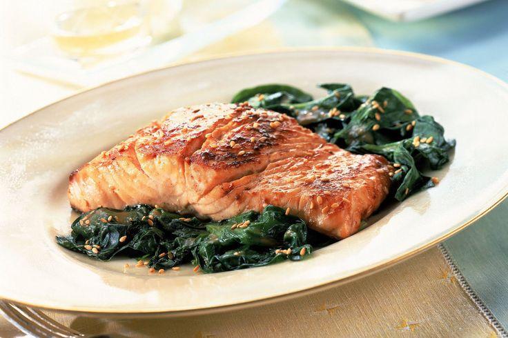 Freitag ist Fisch-Tag! Genießen Sie frischen Lachs umrahmt von Spinat und Kresse. Zum Rezept!