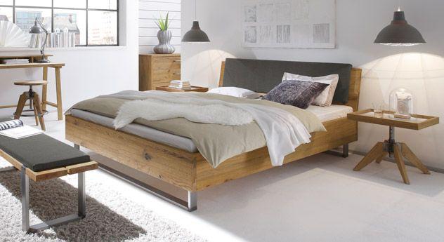 Massives Eichenholzbett mit stylischen Stahlkuven. Dezenter industrial style für Ihr neues Schlafzimmer!  Hier trifft Qualität auf Design! | betten.de #bett #schlafen #industrial #schlafzimmer #modern http://www.betten.de/vollholzbett-wildeiche-mit-kopfteil-stahlkufen-valletta.html