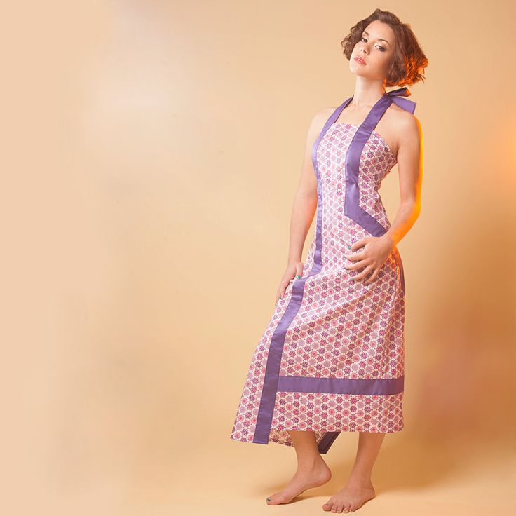 ROBE LONGAE : Talons hauts ou sandales ? Longueur classique et découpes rebelle, cette robe dos nus brouille les pistes ! Un dos smocké pour épouse la ligne : l'élégance, c'est facile à porter !