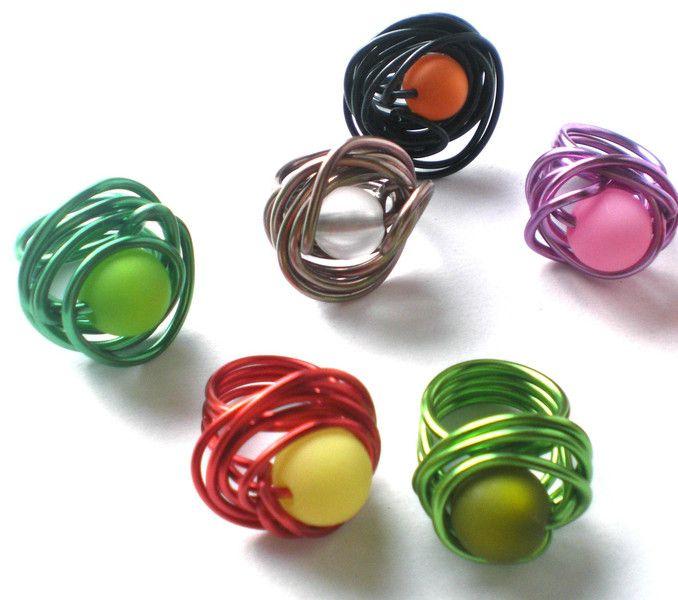 Ring aus Aludraht mit bunten Perlen von Modeschmuckstübchen Andrea auf DaWanda.com