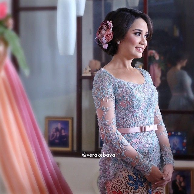 @detamarshavidia ....#repost #lamaran #engagement . . . Photo : @dmsapr @fotologue_photo Makeup : @yunitamakeup  Hairdo : @setohairmakeup  Hairclip : @alluradesign Kebaya : @verakebaya . . .