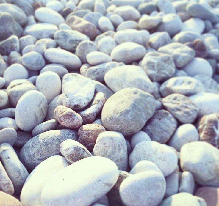 Strand med bara stenar
