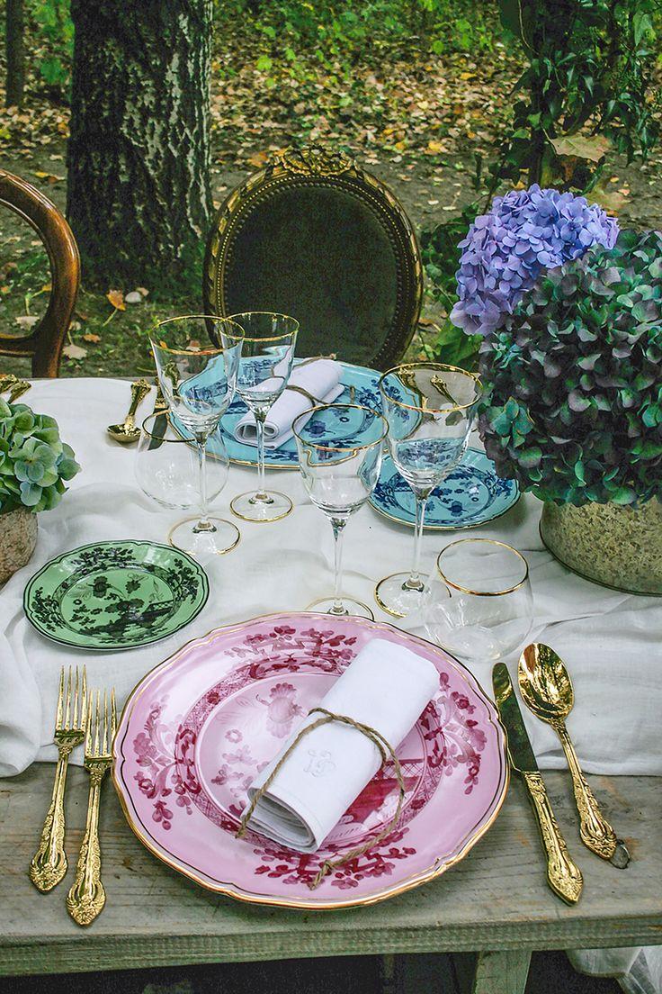 Cenare nel bosco in autunno, una mise en place sontuosa, con porcellane Richard Ginori, posate in vermeil, tovaglioli di lino ricamati dell'Ottocento. Un tavolo imperiale che incanta.
