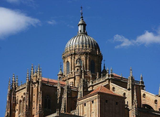 De mooiste barokke bouwwerken - Catedral Nueva in Salamanca, Spanje© Thinkstock Deze kathedraal heeft een lange ontstaansgeschiedenis: in 1513 werd begonnen met de bouw, maar pas in 1733 ingewijd. Daardoor is het een mengeling van twee bouwstijlen geworden: barok en gotiek.