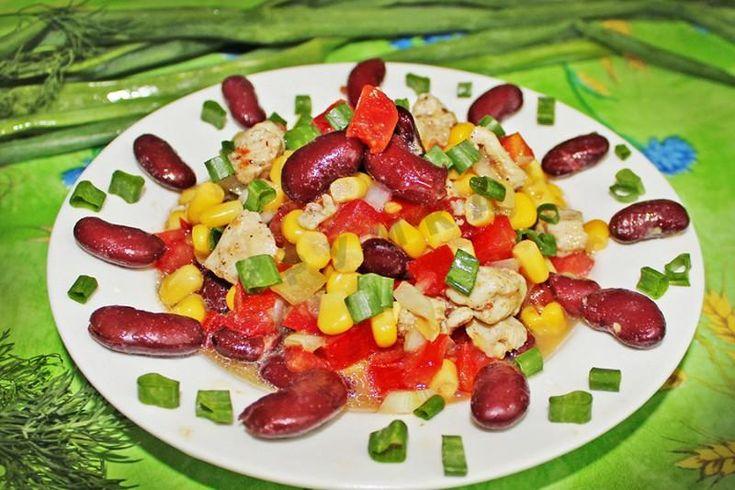 Вкуснейший и полезный белковый салат с овощами и домашней заправкой.