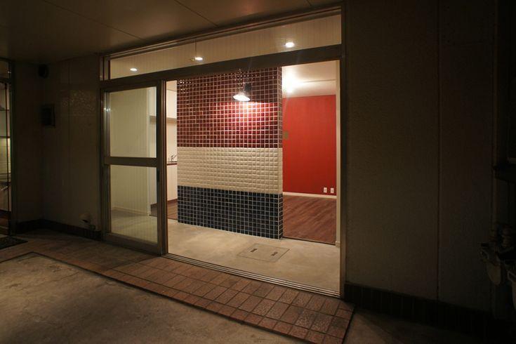 オーナー様の要望で、付加価値の付いた賃貸リノベーション。LDKと玄関土間を仕切る壁はトリコロールカラーのタイルで遊び心を与えた。 専門家:空間社が手掛けた戸建リノベーション・リフォーム住宅事例:文京区~TRICOROLE~のページ。新築戸建、リフォーム、リノベーションの事例多数、SUVACO(スバコ)