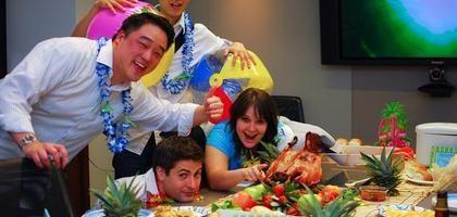 Juegos hawaianos para una fiestas de adultos | eHow en Español