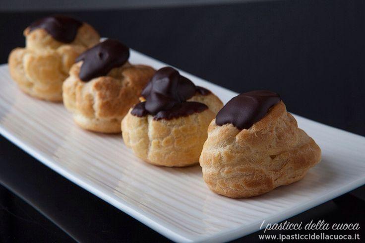 Bignè con crema zabaione e glassa al cioccolato fondente