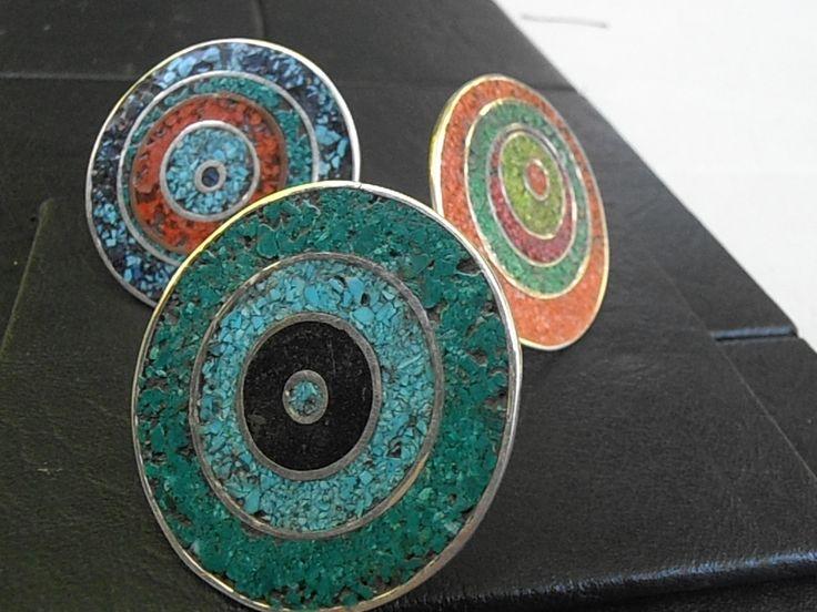 Realizados en plata 925, y con tecnica de reconsituido. Los colores son dados por medio de tizas molidas,aserrin y polvo de piedras,