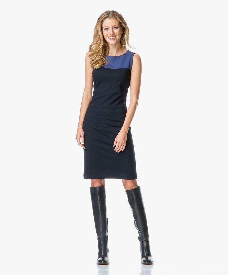 Stijlvolle, sophisticated jurk van Kyra & Ko met colorblock in donkerblauw en navy blauw. De mouwloze jurk heeft een aangesloten pasvorm