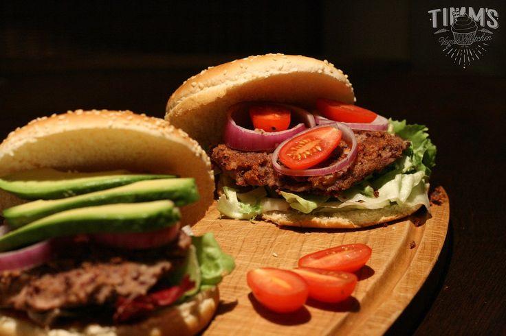 Zubereitungszeit ca. 15-20 Minuten Ihr benötigt für 2 Burger: Buletten: 1 Dose Kidneybohnen 2EL Kichererbsenmehl 2EL Haferflocken eine in Wasser eingeweichte Toastbrotscheibe Pfeffer, Salz Für die ...