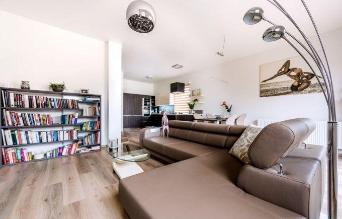 Středobodem obývacího pokoje je kožená sedací souprava, která se dá rozložit na pohodlné postelové lůžko, jež u televize využívají oba manželé, www.nabytek-lupinkova.cz