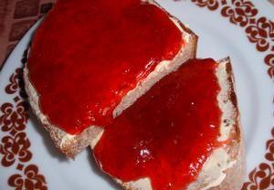 Očištěné jahody dáme do kastrolu a rozmačkáme. Pokud nechceme mít v marmeládě kusy ovoce, můžeme jahody rozmixovat. Do jahod přisypeme cukr (není nutn...