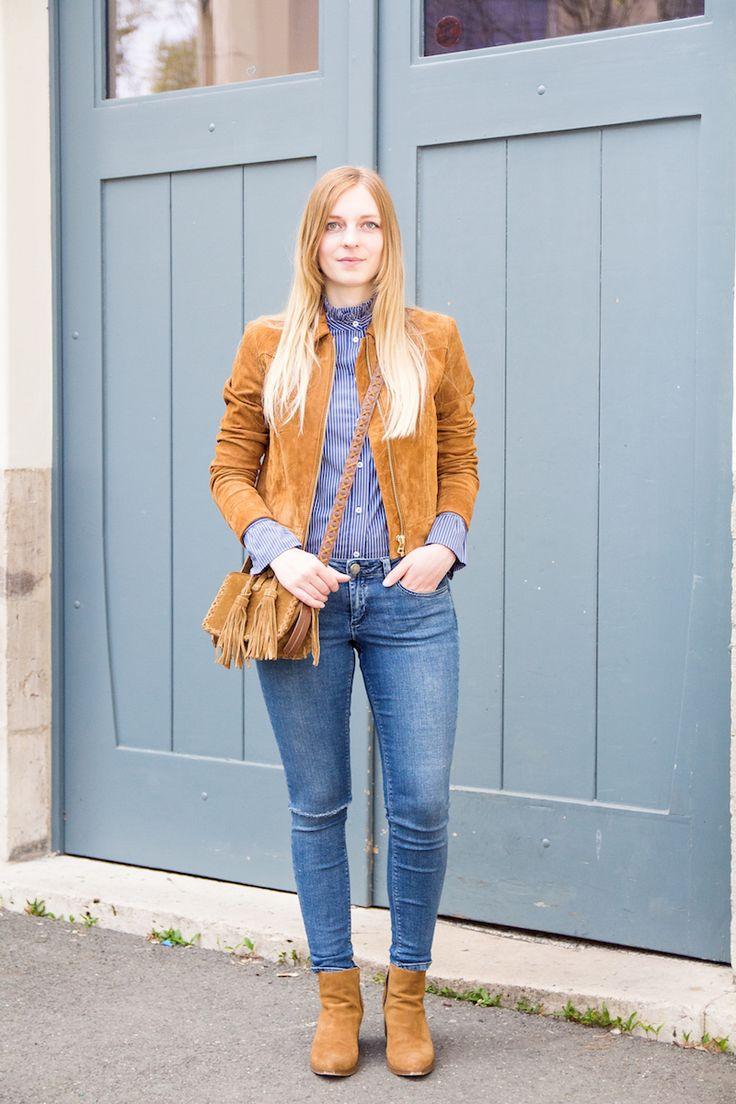 Outfit suede jacket, statement sleeves & ripped jeans, Wildlederjacke, Edited the Label, Bluse mit Statement-Ärmeln, Tasche mit Fransen, fringe bag