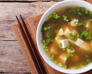 Soupe Miso au tofu anti-constipation : http://www.fourchette-et-bikini.fr/recettes/recettes-minceur/soupe-miso-au-tofu-anti-constipation.html