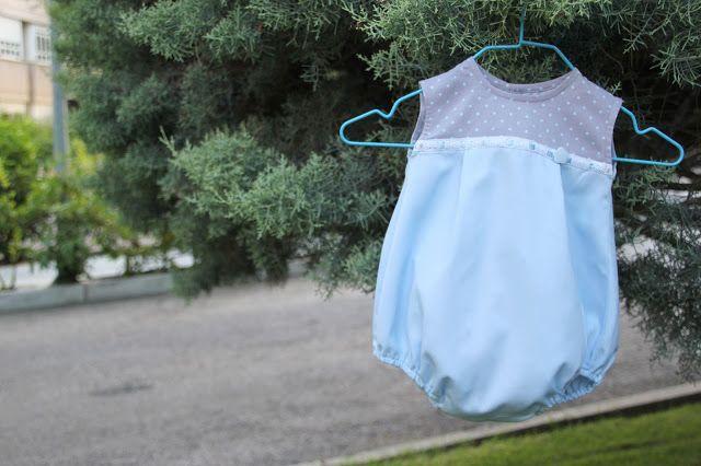Las ranitas, peleles, pantalones y camisas... son básicos en el vestuario de los bebés y niños más pequeños de la casa. Mientras estoy de Luna de Miel, os he traído una recopilación de todas las prend
