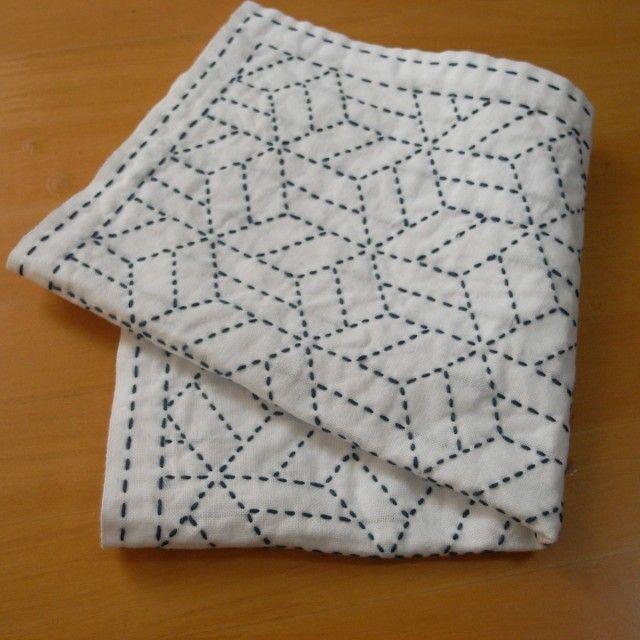 二重にしたさらしに刺し子をしたふきんです。 キッチンクロスとしてはもちろん、かご等を覆う目隠しとしても。 何度か洗濯をすることで、やわらかく、使いやすくなっていきます。 (完成後に一度、洗濯・アイロンをしています。) 伝統柄の寄木、藍色の刺し子糸で縫っています。 お色違いの製作も承ります。お気軽にお問い合わせください。 さらし・刺し子糸 綿100% サイズ 約32~33cmの正方形(洗濯の縮みなどで多少誤差があります。)