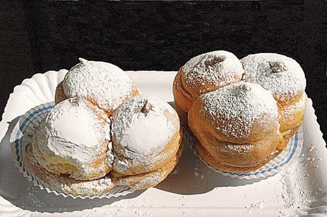 """I """"tre seni golosi"""" della Maiella.  Le Sise delle Monache sono il dolce tipico di Guardiagrele-Abruzzo, Mario Soldati le osservò e rimase stupito notando che le """"zizze"""", coi capezzoli in punta, erano riunite non a due ma a tre! Poi le assaggiò e le descrisse come """"bignole di pan di Spagna farcite di crema pasticcera"""". Questo """"pane"""" rituale, prodotto dalle Clarisse in onore di sant'Agata, ha gradualmente perso il significato religioso per acquistarne uno gioiosamente malizioso ed erotico."""