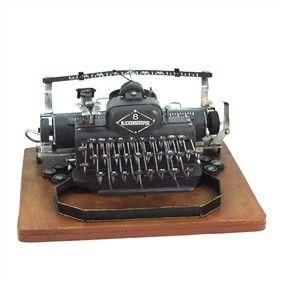 """El """"click"""" """"clack"""" tronaba una y otra vez hasta que el """"cling"""" de la campanilla avisaba que se acababa el folio y había que coger la manivela para volver el carro hacia la izquierda y empezar a teclear en la siguiente línea.  No es ciencia-ficción, solo son tiempos pasados en los que la máquina de escribir fue uno de los inventos más grandes jamás creados.  Ahora te presentamos esta bonita recreación para que pongas un toque entrañable en cualquier lugar."""