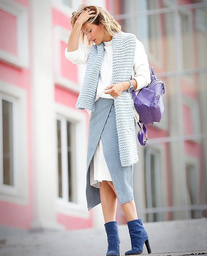 Как вам такой лук? Джинсовая юбка с запахом, белая шифоновая юбка прямого покроя, белый просторный свитер, вязанный шарф в тон юбки, замшевые сапожки на каблуке, и маленький рюкзак.