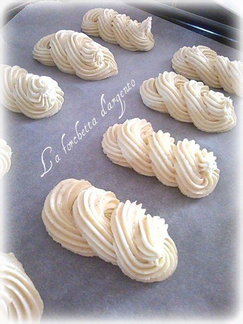 Ho trovato questa ricetta in rete ed è una ricetta di Montersino, io l'ho modifica togliendo qualche ingrediente e aggiunto un'altro. Sono dei biscottini o