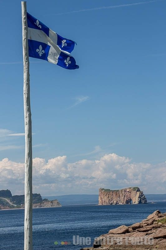 Drapeau Québec et rocher percé - Ile Bonaventure