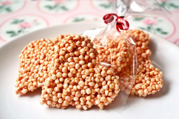 Puffasztott rizs/köles szív recept: Gyerekekkel is könnyen elkészíthető, sütés nélküli édesség. Lehet puffasztott rizzsel, vagy kölessel is készíteni, amelyeket a nagyobb szupermarketekben illetve drogériákban is meglehet találni. Én alapból rózsaszín pillecukrot használtam, de lehet fehérrel is és mikor felolvadt, akkor pár csepp ételszínezékkel elnyerhető a rózsaszín szín. :)