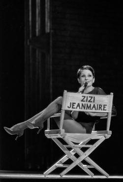 Zizi Jeanmaire dans son spectacle de music-hall Hollywood Paradise, Opéra de Marseille, 1984. Photographie de Francette Levieux., © Francette Levieux