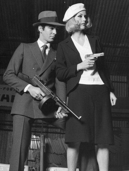 """Точное воспроизведение костюма, который носили в Уорнер Бразерс фильм """"Бонни и Клайд"""".Бонни оживила долго,хромать вид и lsquo;30-х годов. Вот она надевает костюм легкий черный подходит для обработки крепа. Крепится с помощью одной кнопки, открывающие куртка имеет очень закругленные баски, узкий воротник, и рукава, которые слегка расширяются в наручники. Длинной эластичной юбке маленькие треугольные панели на стойке, под которой открывается встречная складка. Носится с белой креп-..."""