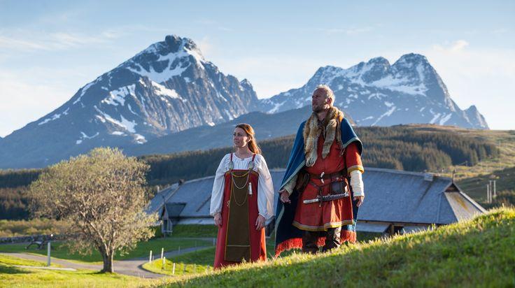 Otroligt vacker omgivning och fina vikingakläder   Lofotr Vikingmuseum: Husfru och Hövding vid Lofoten i Norge.