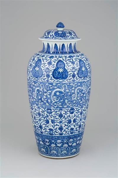 """""""Dragonervase"""" August der Starke wurde 1717 mit chinesischen Porzellan Vasen beschenkt und gab im Gegenzug dem """"Soldatenkönig""""  Friedrich Wilhelm I. von Preußen 600 Reiter, die zu dem Dragonerregiment von Wuthenow formiert wurden. Sieben dieser Vasen sind in der Südlichen Bogengalerie im Dresdner Zwinger zu bewundern."""