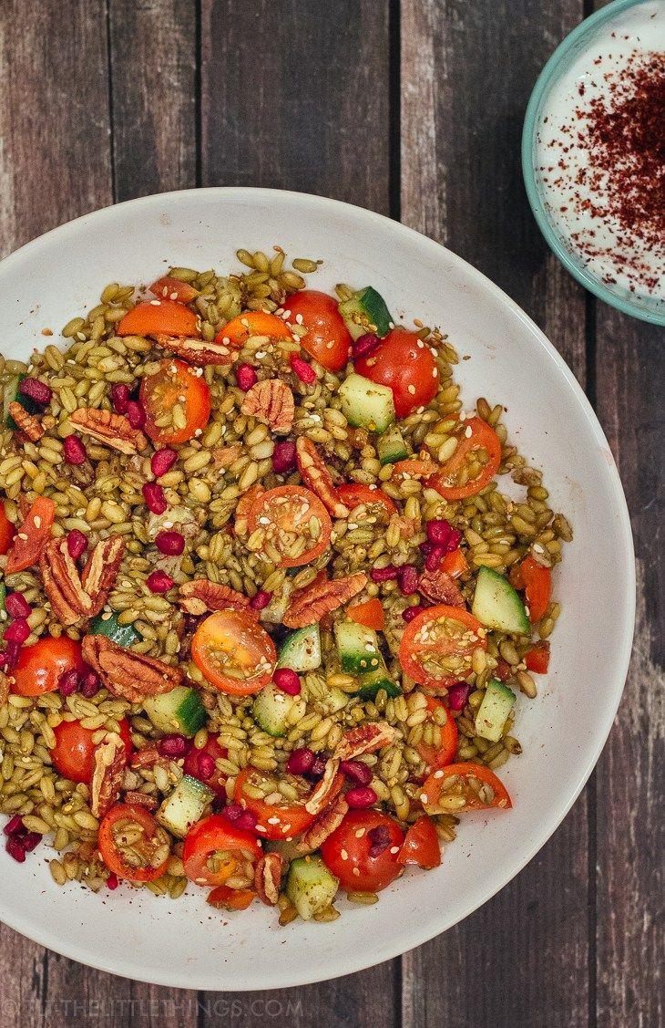 Recept voor een heerlijke maaltijdsalade met freekeh, granaatappel en tomaat + een review van Nadia en Merijn's SOUQ Arabische producten.