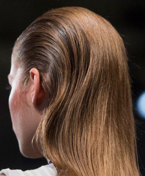 cheveux plaqués à l'arrière effet wet vu Adeam