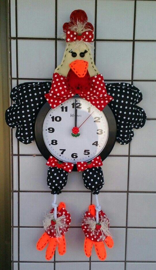 Dona Galinha... toda faceira com o seu relógio!...