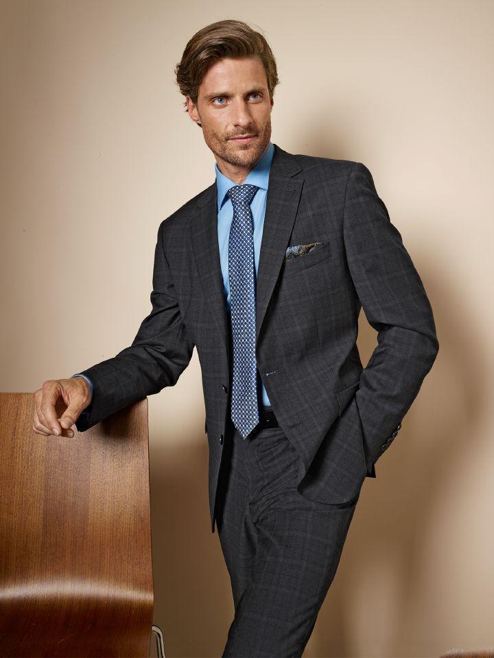 5b98eabcfebfcc Masterclass Anzug in Glencheck-Karo. Das feine Tuch wurde in der berühmten  Weberei Reda
